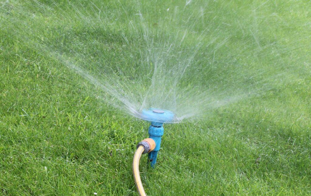 気になる芝生のスプリンクラー|タイプごとにレビューを徹底比較
